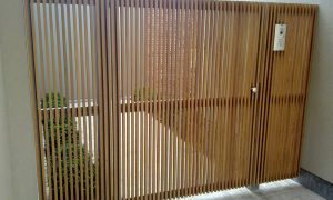 Stalen kader met verticale/horizontale opleg latjes Padouk 20x28mm met tussenruimte 20mm