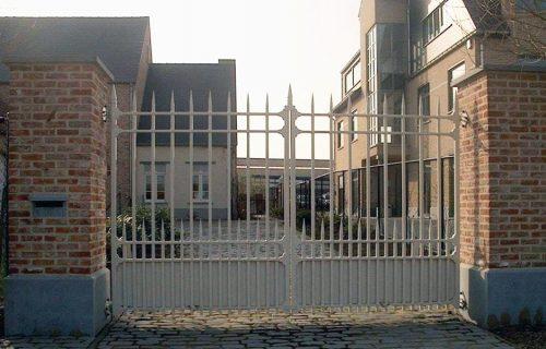 Baron Stalen staanders en liggers 40/40mm, spijlen 25/25mm bovenaan hekpunten D-Fence met dubbel groefje